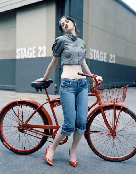 zooey-deschanel-red-heels-bike